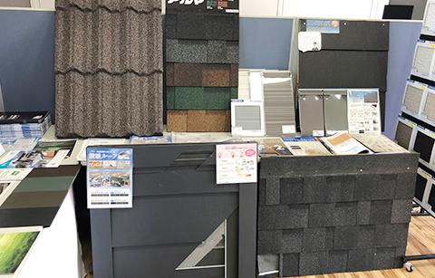 塗り板や屋根材など多くの資料を展示